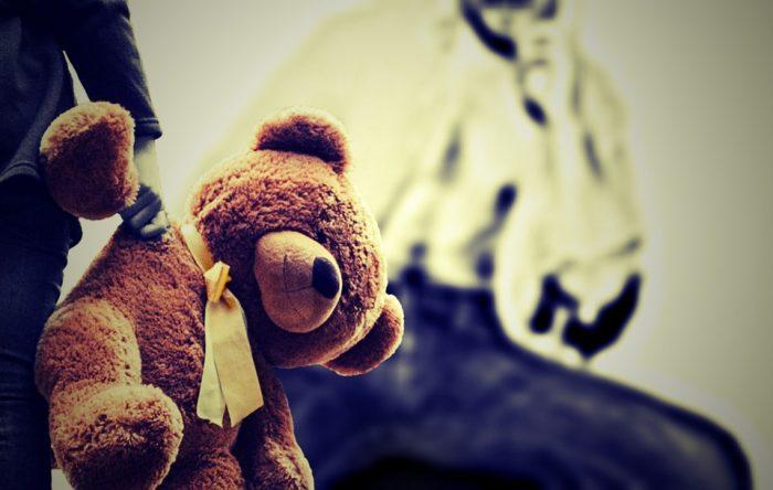 abuso sexual infantil - niño sostiene peluche