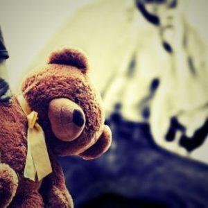 abuso sexual infantil niño sostiene peluche