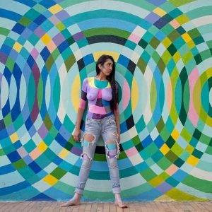mujer con muchos colores